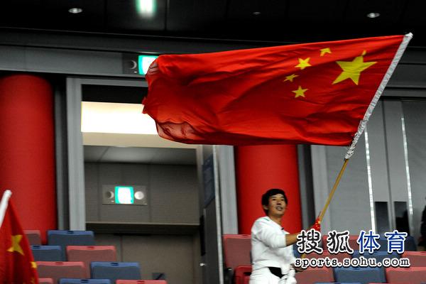 图文:中国女排3-0加拿大 中国国旗飘扬