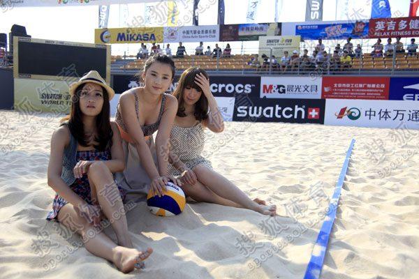 组图:可爱美女玩沙滩排球