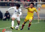 图文:[中超]天津VS陕西 王�S白磊对抗