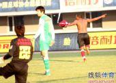 图文:[中超]辽宁VS北京 贺西马脱衣庆祝
