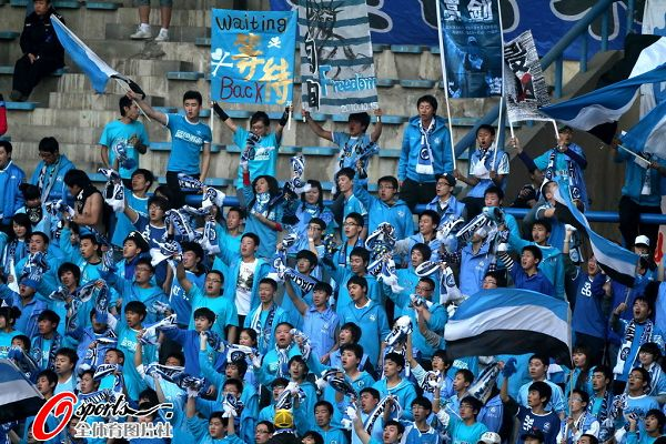 图文:[中超]大连vs深圳 大连球迷蓝色布满看台