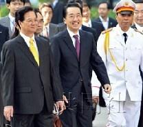 越南总理阮晋勇(左)和日本首相菅直人在欢迎仪式后准备进行首脑会谈。