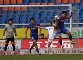 图文:[中超]重庆1-1长春 吴庆拦截对手