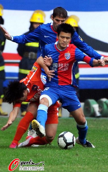 图文:[中超]上海0-0青岛 于涛突破