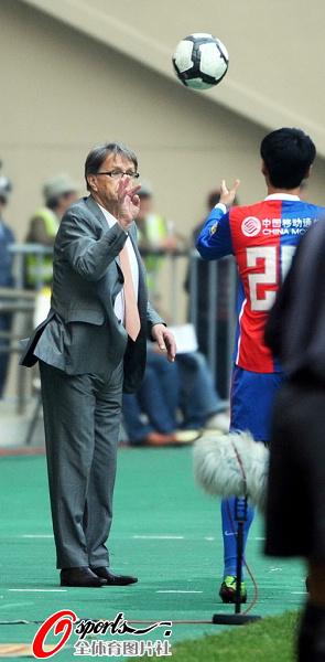图文:[中超]上海0-0青岛 布帅扔球