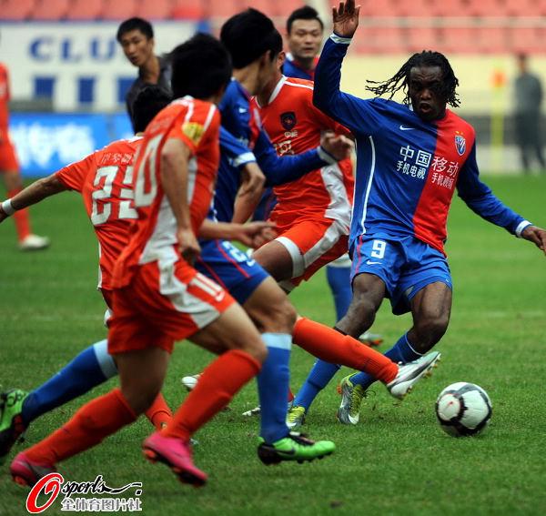 图文:[中超]上海0-0青岛 申花双煞哑火