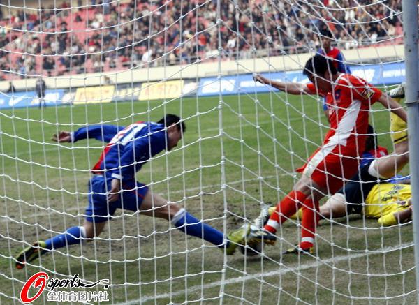 图文:[中超]上海0-0青岛 门前混战险进球