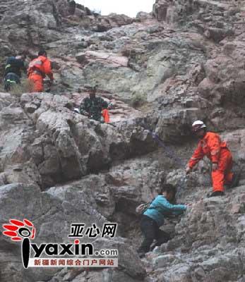 图为救援人员在救援。亚心网通讯员 达林塔 摄