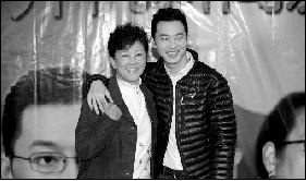 宋春丽(左)、沙溢演母子
