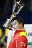 图文:乒乓球男子世界杯 王皓举起冠军奖杯
