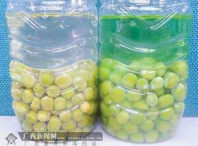 问题青豆(右)与干豆浸泡后的对比。