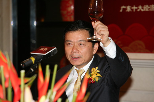 2004年风云人物广汽集团总经理曾庆洪祝酒(陈文笔摄影)