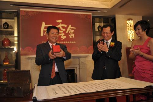 羊城晚报报业集团总编辑刘海陵展示风云印章(陈文笔摄影)