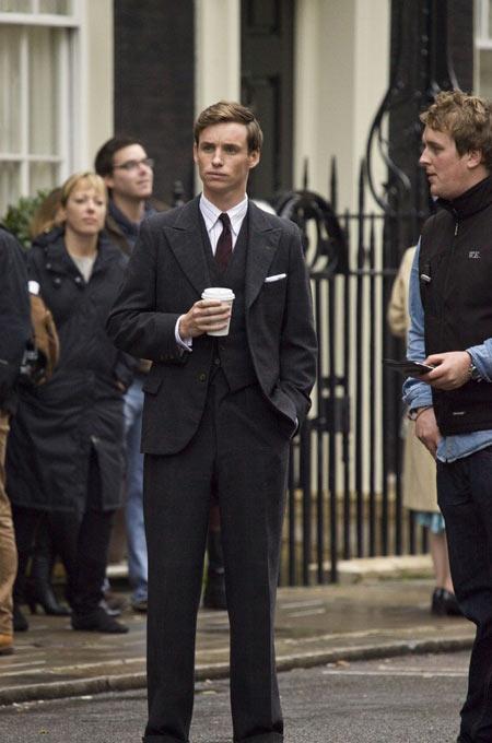 英国男星埃迪-雷德梅尼扮演的是科林-克拉克