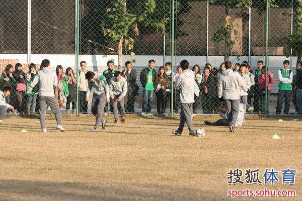 众多球迷观看训练