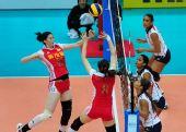 图文:中国女排3-0多米尼加 薛明与魏秋月配合