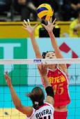 图文:中国女排3-0多米尼加 马蕴雯正在拦网