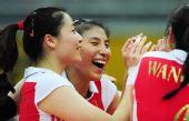 图文:中国女排3-0多米尼加 魏秋月与李娟庆祝