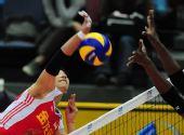 图文:中国女排3-0多米尼加 李娟在比赛中扣球