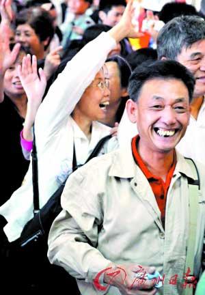 首批进入西朗站的市民难掩喜悦之情。记者黎旭阳 摄