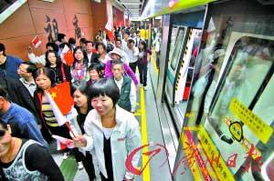 广佛地铁开通首日虽然拥挤,但秩序井然。  记者张宇杰 摄