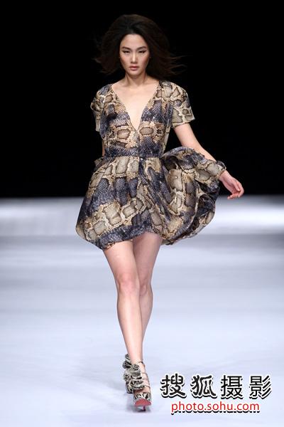 """20101027""""一华正红""""张一华2011春夏时装发布会模特款款走来"""