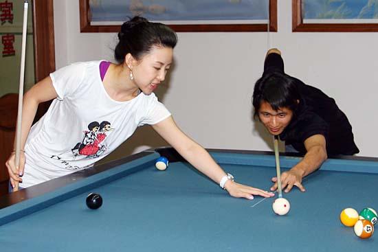 韩寒的台球技艺近段时间呈现出明显的上升势头,这与师傅潘晓婷的言