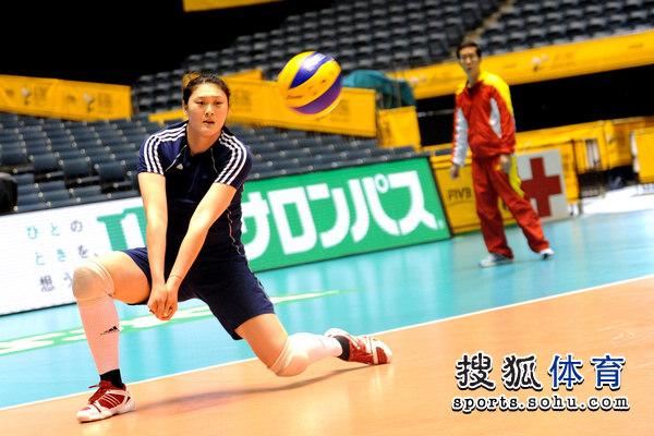 图文:女排备战对日本比赛 王一梅练一传