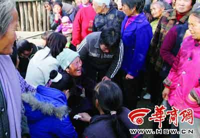 受害者家属哭喊着亲人名字,乡亲们赶来安慰 本报记者 魏光敬 摄