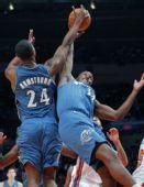 图文:[NBA]奇才负尼克斯 奇才二将拼抢篮板