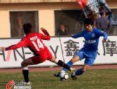 图文:[中超]南昌VS长沙 一对一对抗