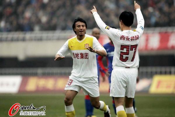 图文:[中超]陕西VS重庆 毛剑卿和曲波庆祝