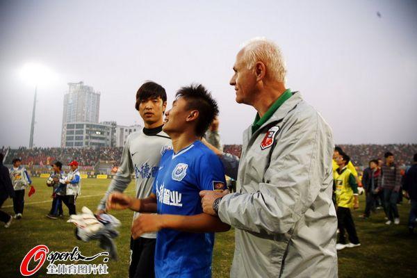 江西省/幻灯:南昌主场惊险保级球员鞠躬感谢球迷支持