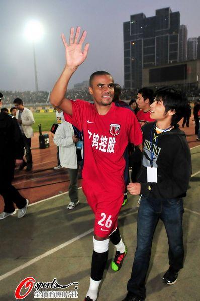 南昌 江西省/幻灯:南昌主场惊险保级球员鞠躬感谢球迷支持