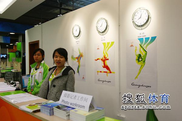 图文:探秘亚运MPC主新闻中心 志愿者笑容满面