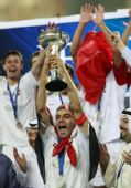 图文:[亚足联杯]阿尔伊蒂哈德夺冠 举杯欢庆