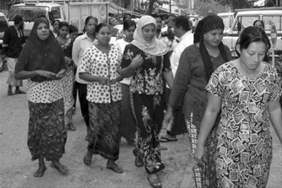 缅甸居民到投票站投票
