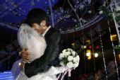 图文:建业肖智大婚 深情拥吻