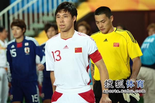 图文:[亚运会]国奥0-3日本 张琳�M队长