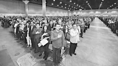 10月27日,在美国洛杉矶,新移民在南加州地区公民入籍仪式上宣誓成为美国公民。  记者 戚恒 摄