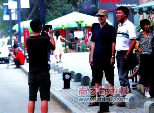 撞见逛街的葛优,群众要求合影,葛大爷不会拒绝。这是去年记者在街头拍到的一幕。