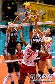 图文:中国女排3-0秘鲁 网上争夺激烈