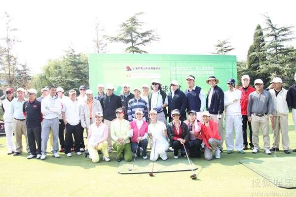 参加高尔夫邀请赛的众明星名流(翁虹第一排中间)