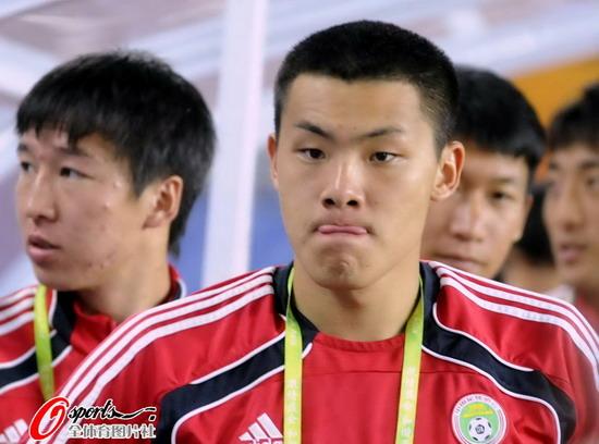 图文:[亚运会]国奥VS吉尔吉斯 王大雷吐舌