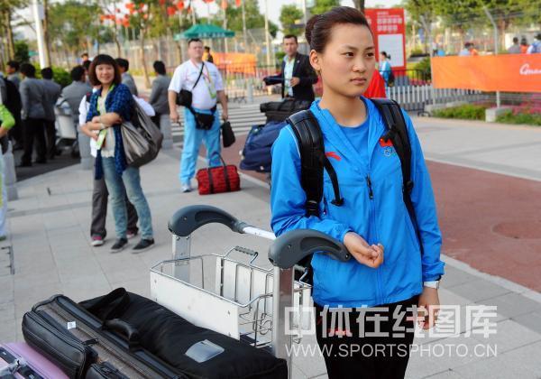 图文:台球队入驻亚运村 刘莎莎在等人