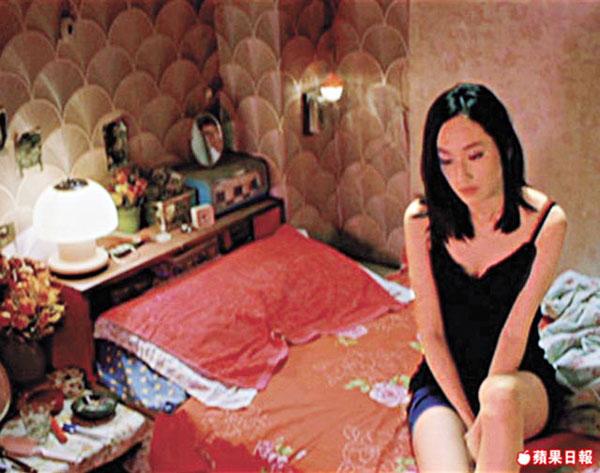 柯佳�髟凇遏慌{》中扮演妓女,与赵又廷有床上吻戏。