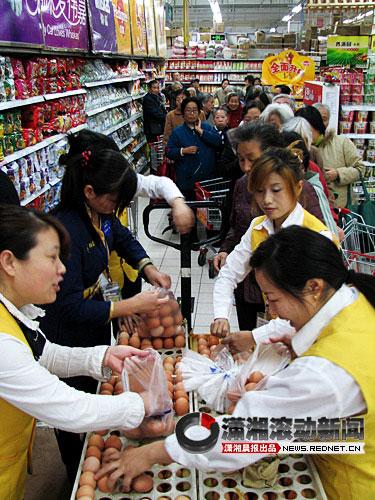 11月2日,济南家一超市内,数百名顾客排起长长的队伍等候购买鸡蛋。当天该超市将鸡蛋价格比市场价便宜了5毛左右。-图-CFP