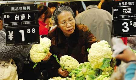 井大路永辉超市,市民正在挑选降价的花菜