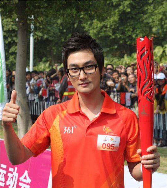安七炫广州参加亚运圣火传递仪式