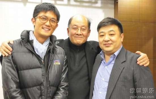 王倬(左)与科教领域专家、活动负责人合影